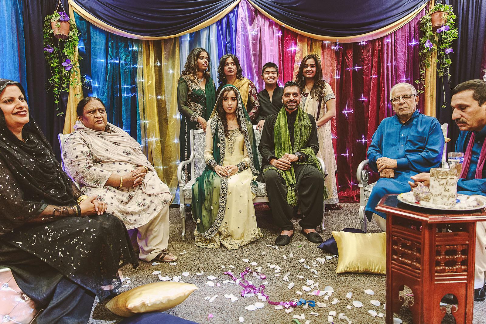 Photo de famille d'un mariage pakistanais qui à eu lieu à Paris. David Pommier photographe de mariage à Paris