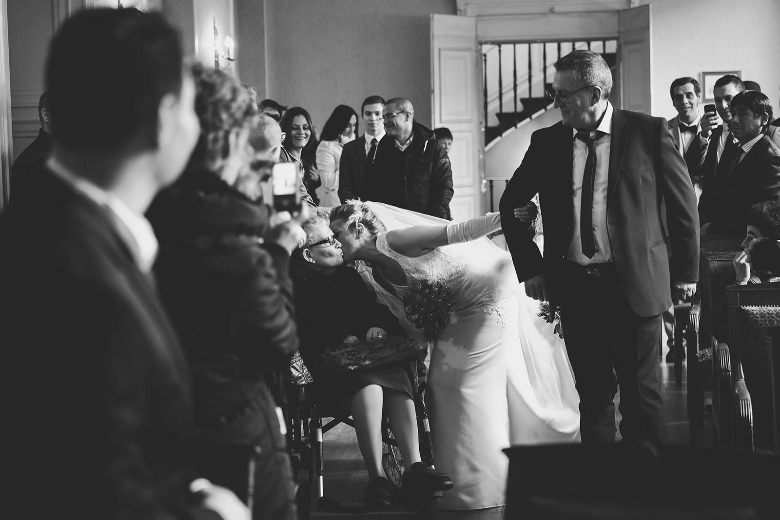 Mariage des souvenirs à transmettre de génération en génération. L'émotion de la mariée qui embrasse sa mamie. David Pommier photographe de mariage Moulins Allier
