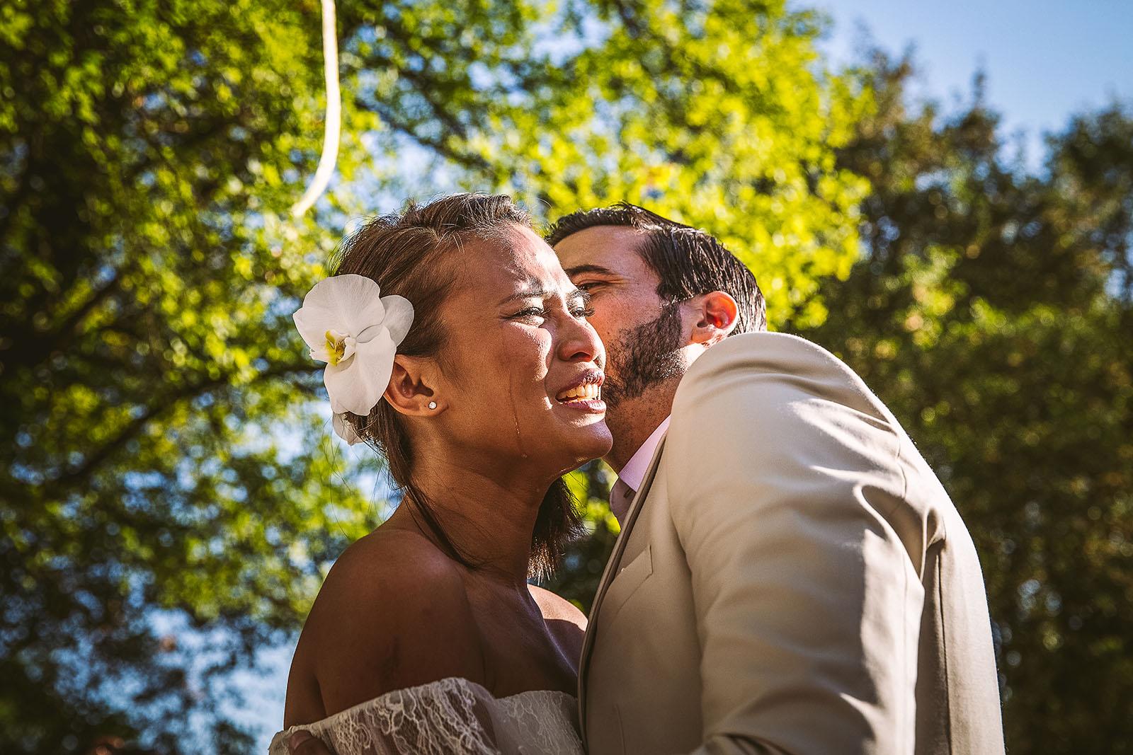 Mariage Mas de La Rouquette. David Pommier photographe de mariage. La mariée pleure pendant que son mari l'embrasse