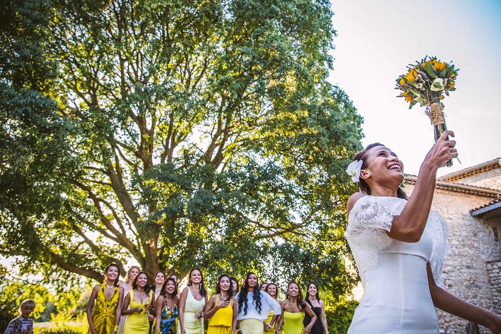 Mariage Mas de La Rouquette. David Pommier photographe de mariage. Le lancé du bouquet de la mariée