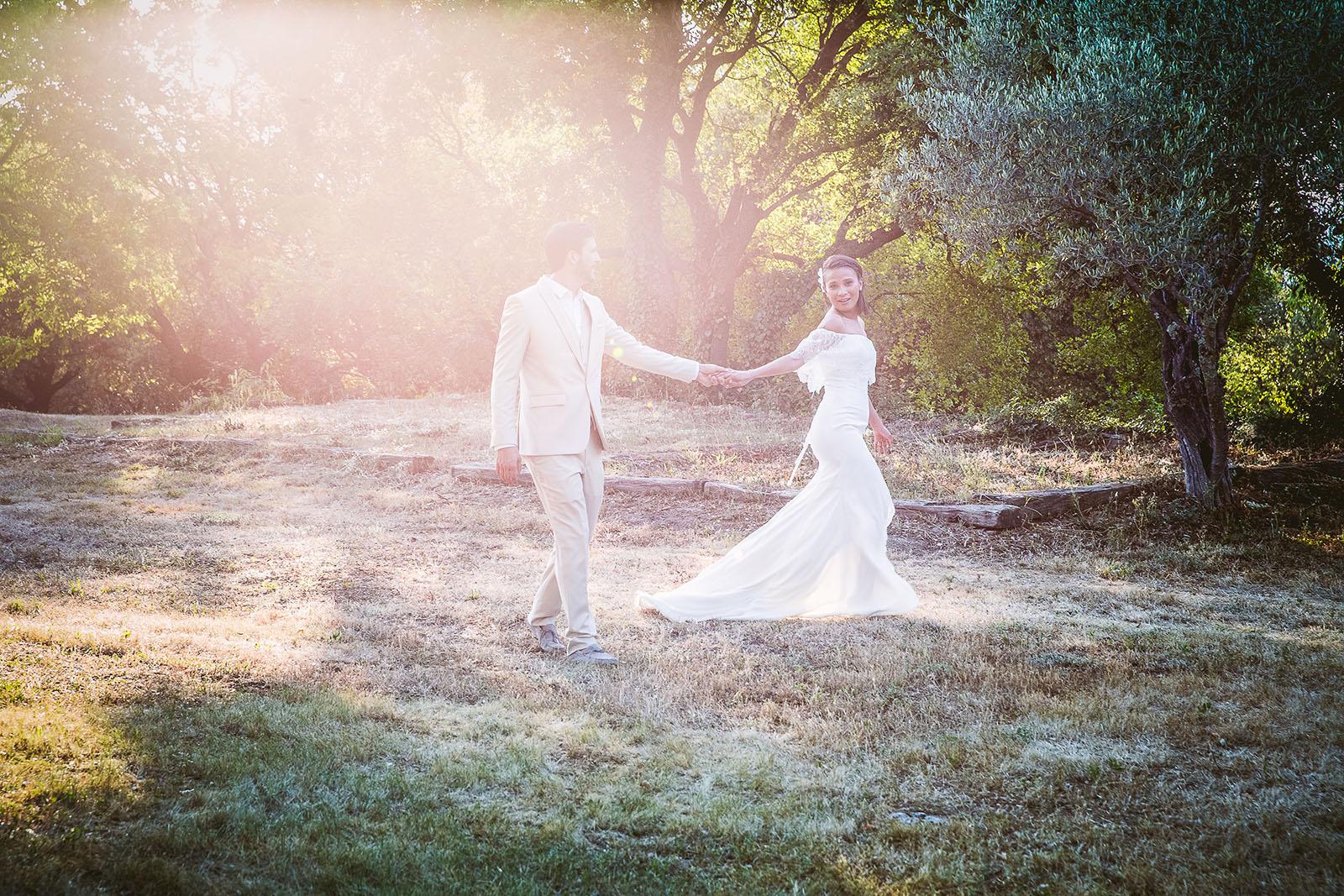 Mariage Mas de La Rouquette. David Pommier photographe de mariage. Photo de couple au milieu des oliviers avec une belle lumière