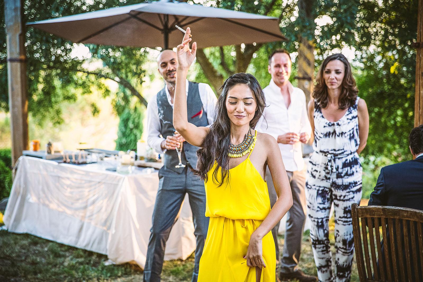 Mariage Mas de La Rouquette. David Pommier photographe de mariage. Danse d'une femme venue de Singapour