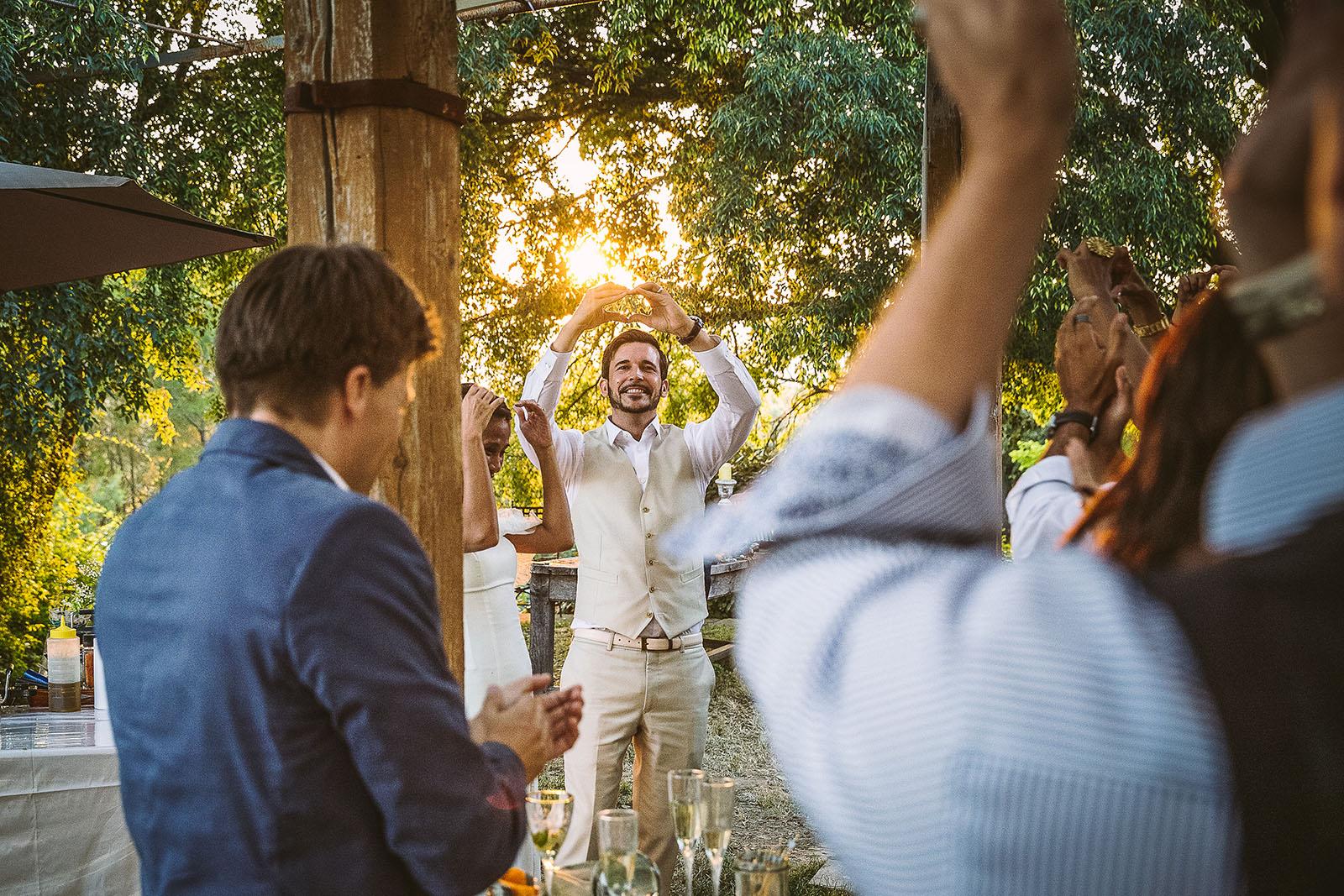 Mariage Mas de La Rouquette. David Pommier photographe de mariage. Les mariés dessinnent des cœurs avec leur main