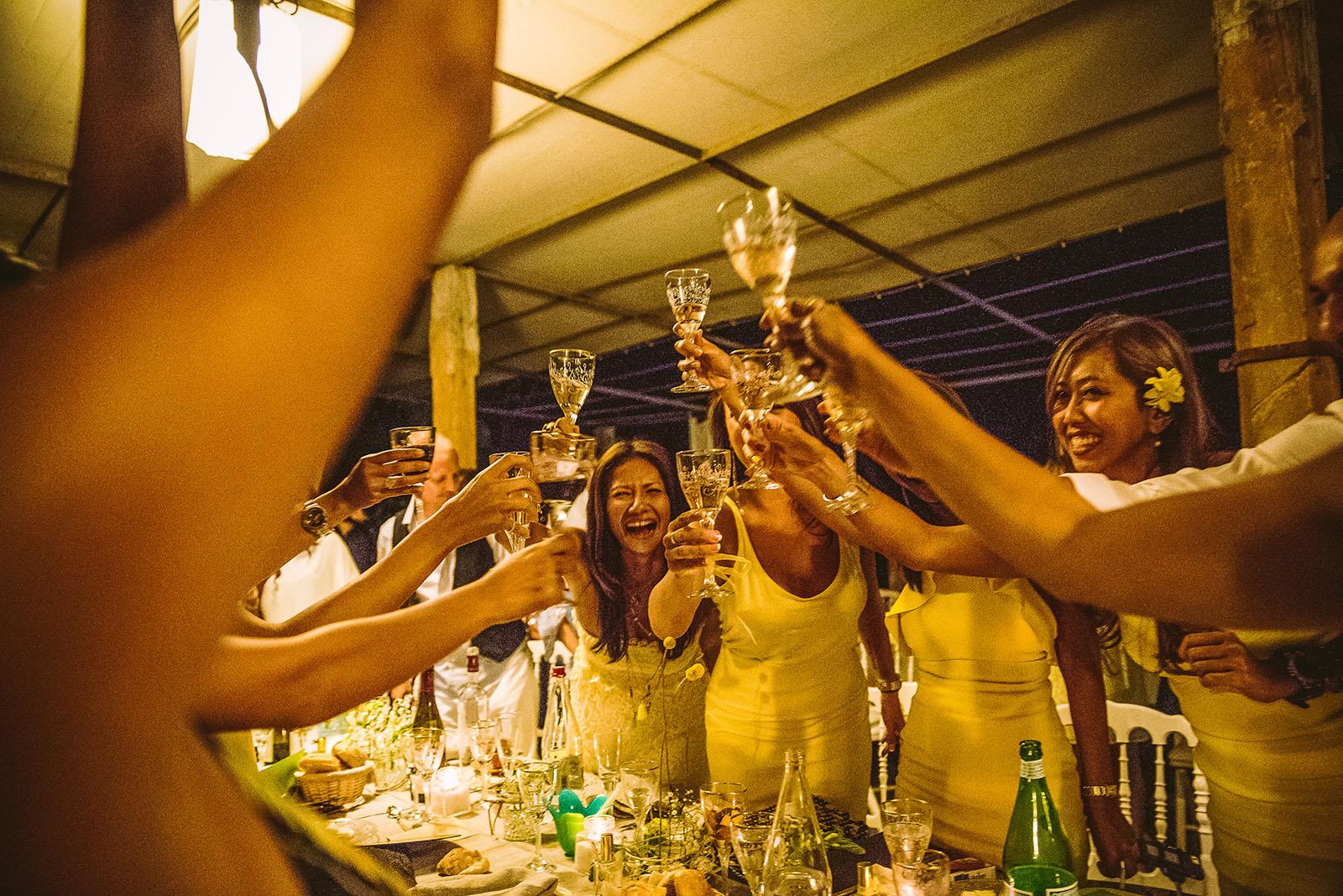 Mariage Mas de La Rouquette. David Pommier photographe de mariage. Les femmes boivent le champagne