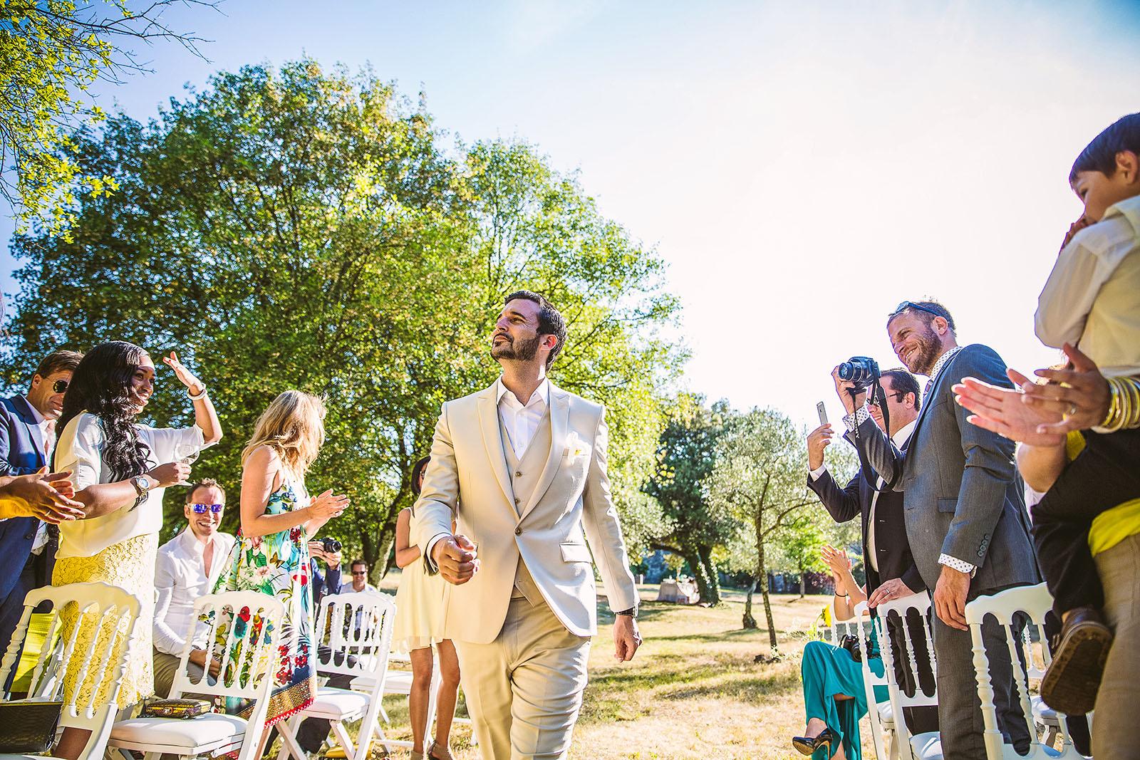 Mariage Mas de La Rouquette. David Pommier photographe de mariage. Arrivé du marié à la cérémonie laïque