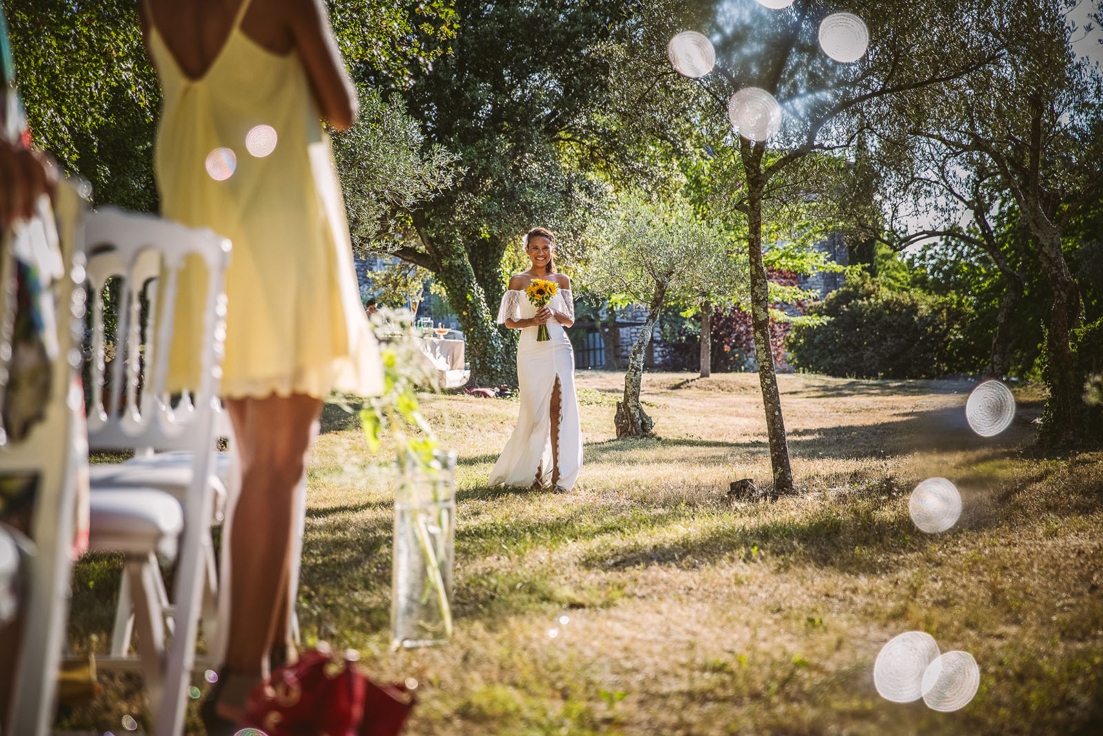 Mariage Mas de La Rouquette. David Pommier photographe de mariage. Arrivée de la mariée à la cérémonie laïque