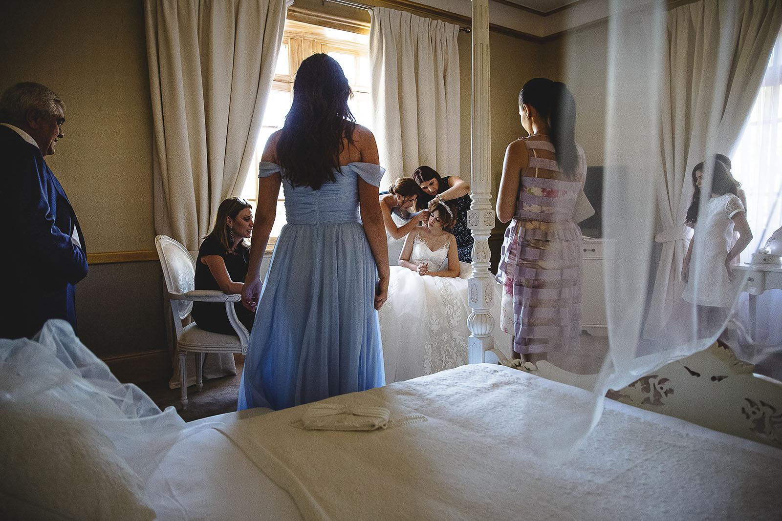 Mariage au Château de Beguin David Pommier photographe de mariage. Préparatifs de la mariée dans la chambre