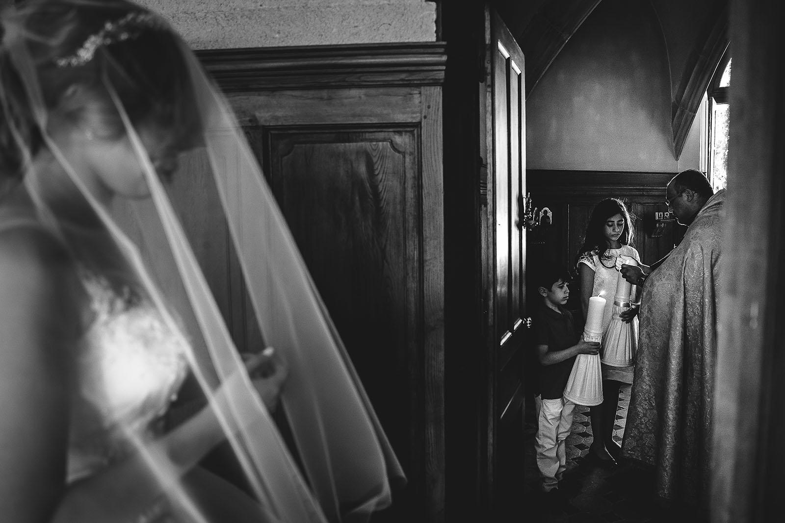 Mariage au Château de Beguin David Pommier photographe de mariage. La mariée arrive à la cérémonie religieuse