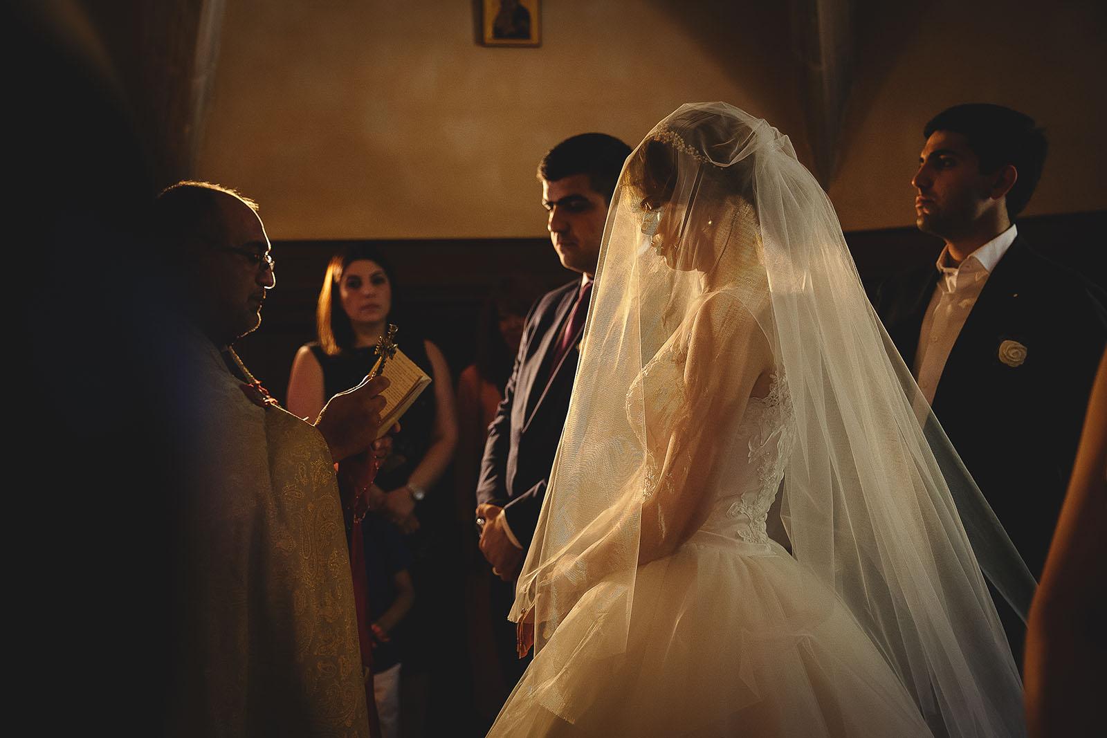 Mariage au Château de Beguin David Pommier photographe de mariage. La mariée sous son voile durant la cérémonie