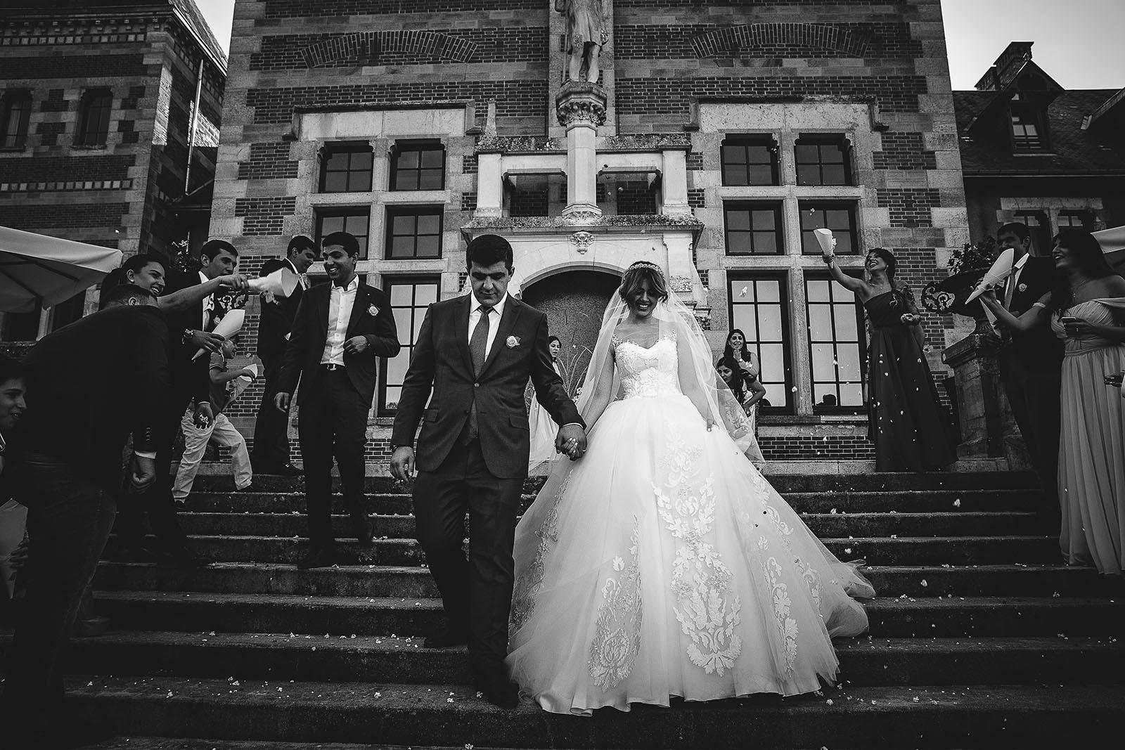 Mariage au Château de Beguin David Pommier photographe de mariage. Les mariés à la sortie de la cérémonie religieuse