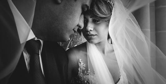 Mariage au Château de Beguin David Pommier photographe de mariage. Portrait de couple sous le voile. Armine Badeyan d'Arménie