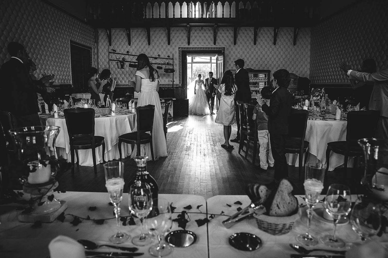 Mariage au Château de Beguin David Pommier photographe de mariage. Les mariés entrent dans la salle de réception