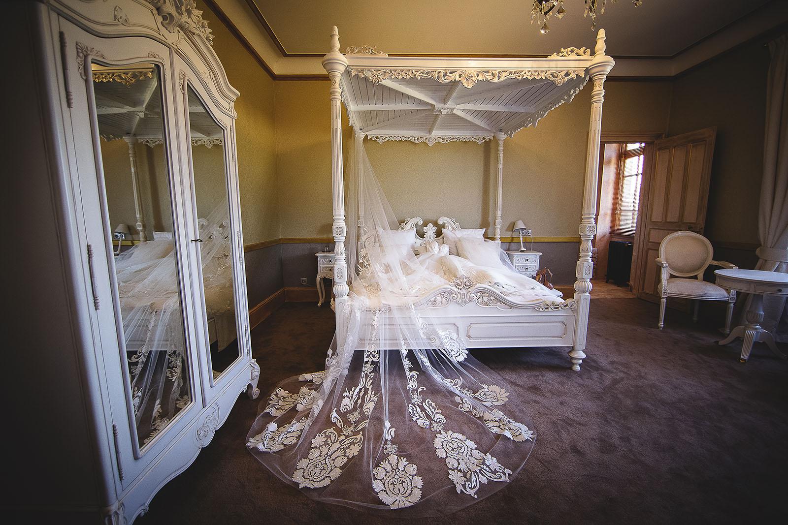 Mariage au Château de Beguin David Pommier photographe de mariage. Robe de mariée dans la chambre