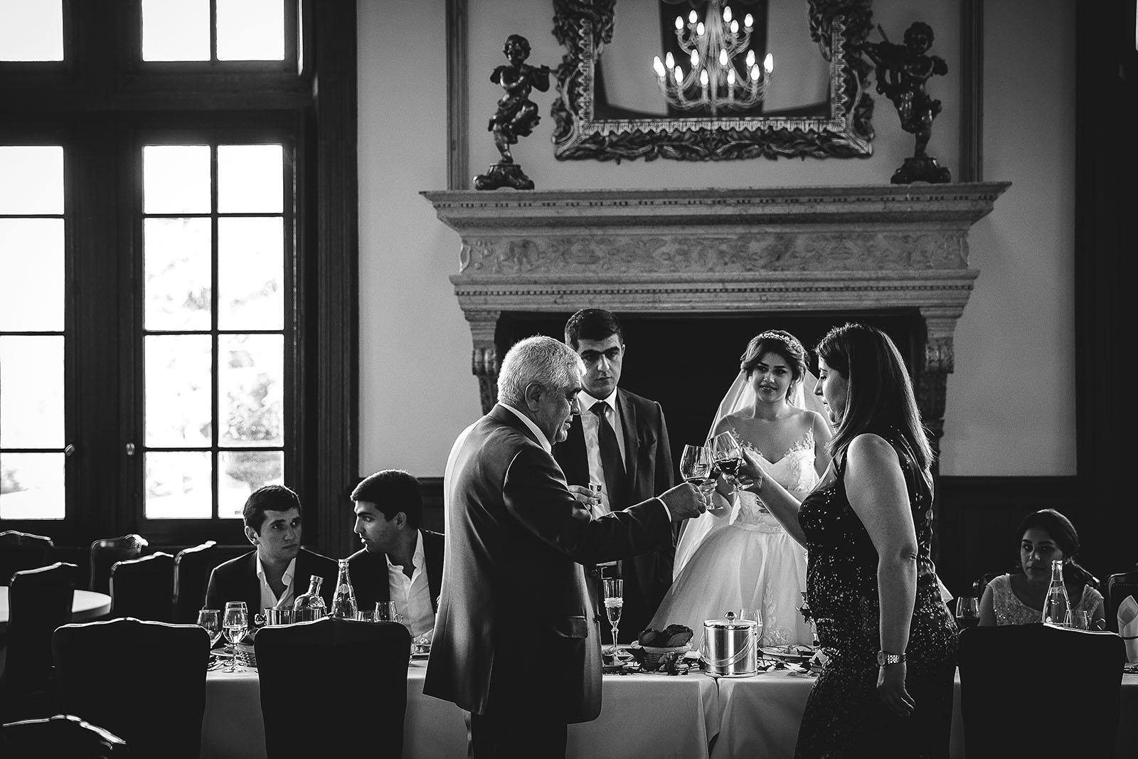 Mariage au Château de Beguin David Pommier photographe de mariage. Les mariés trinquent avec leur parent