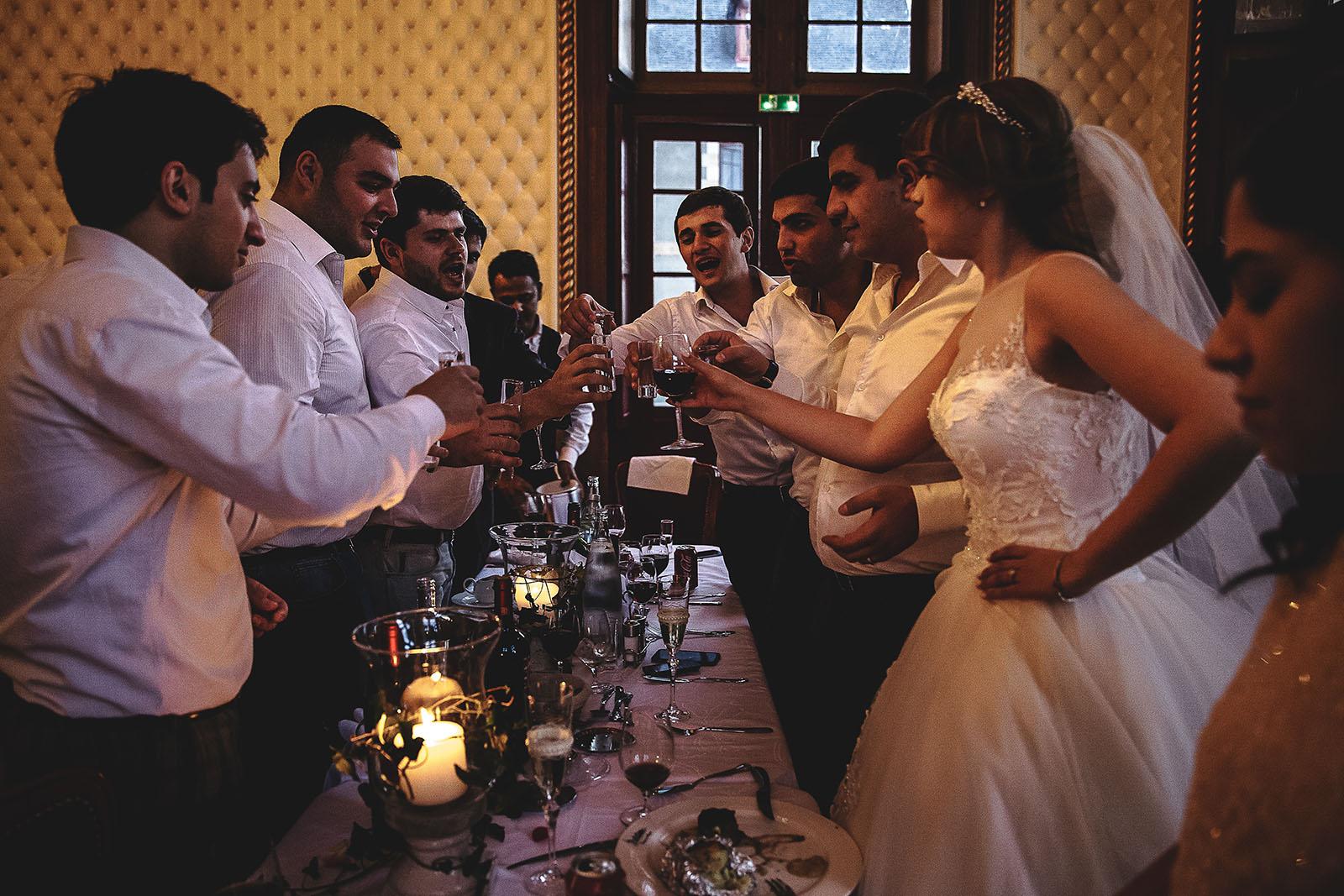 Mariage au Château de Beguin David Pommier photographe de mariage. Les mariés boivent un verre avec leurs amis