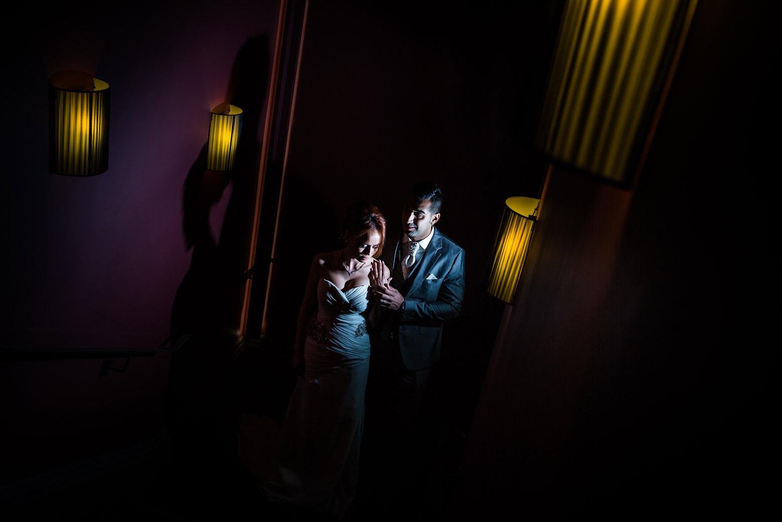 Photo de couple à Lyon dans le restaurant de Paul Bocuse, le Marguerite. Photo créative avec belle lumière