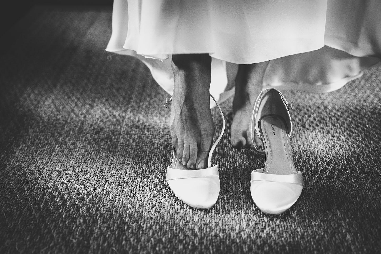 Mariage Château de Beauvoir. Les chaussures de la mariée. David Pommier photographe de mariage