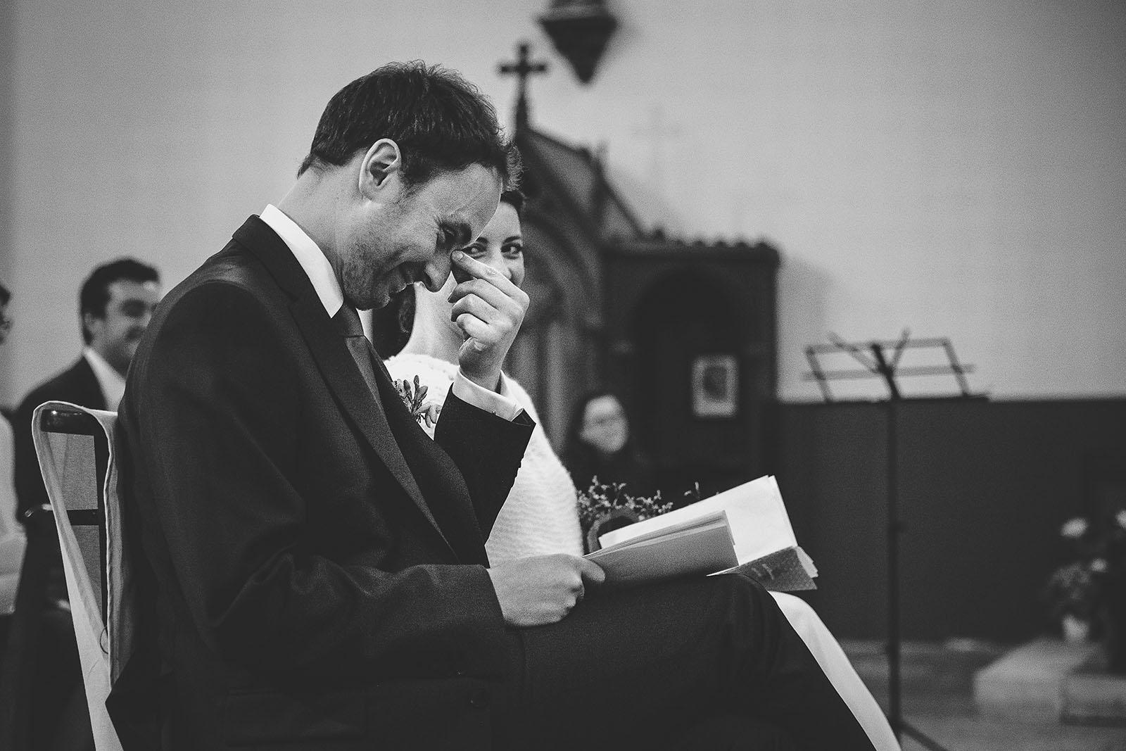Mariage Château de Beauvoir. L'émotion des mariés durant la cérémonie à l'église. David Pommier photographe de mariage