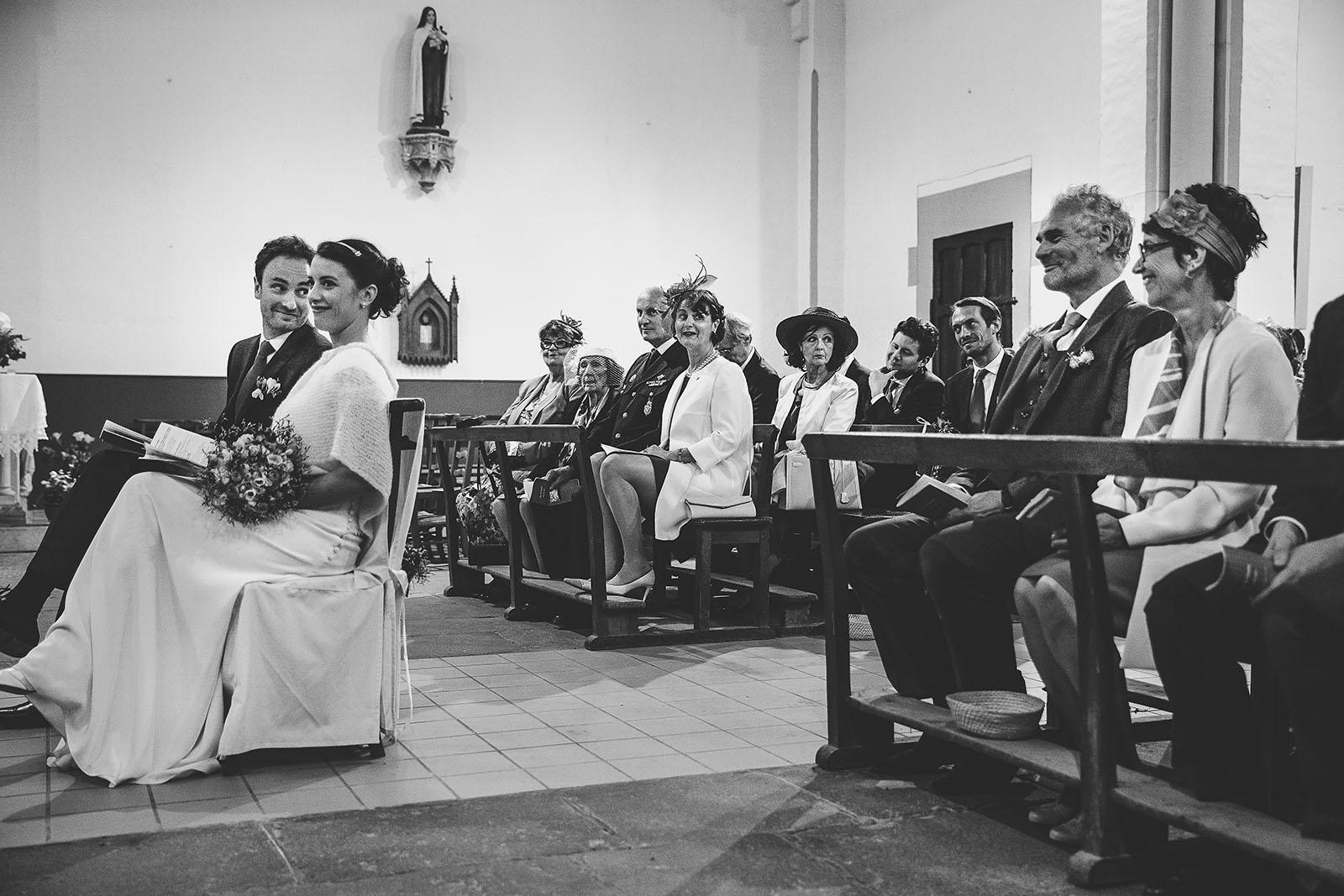Mariage Château de Beauvoir. Les regards des parents sur les mariés à l'église. David Pommier photographe de mariage