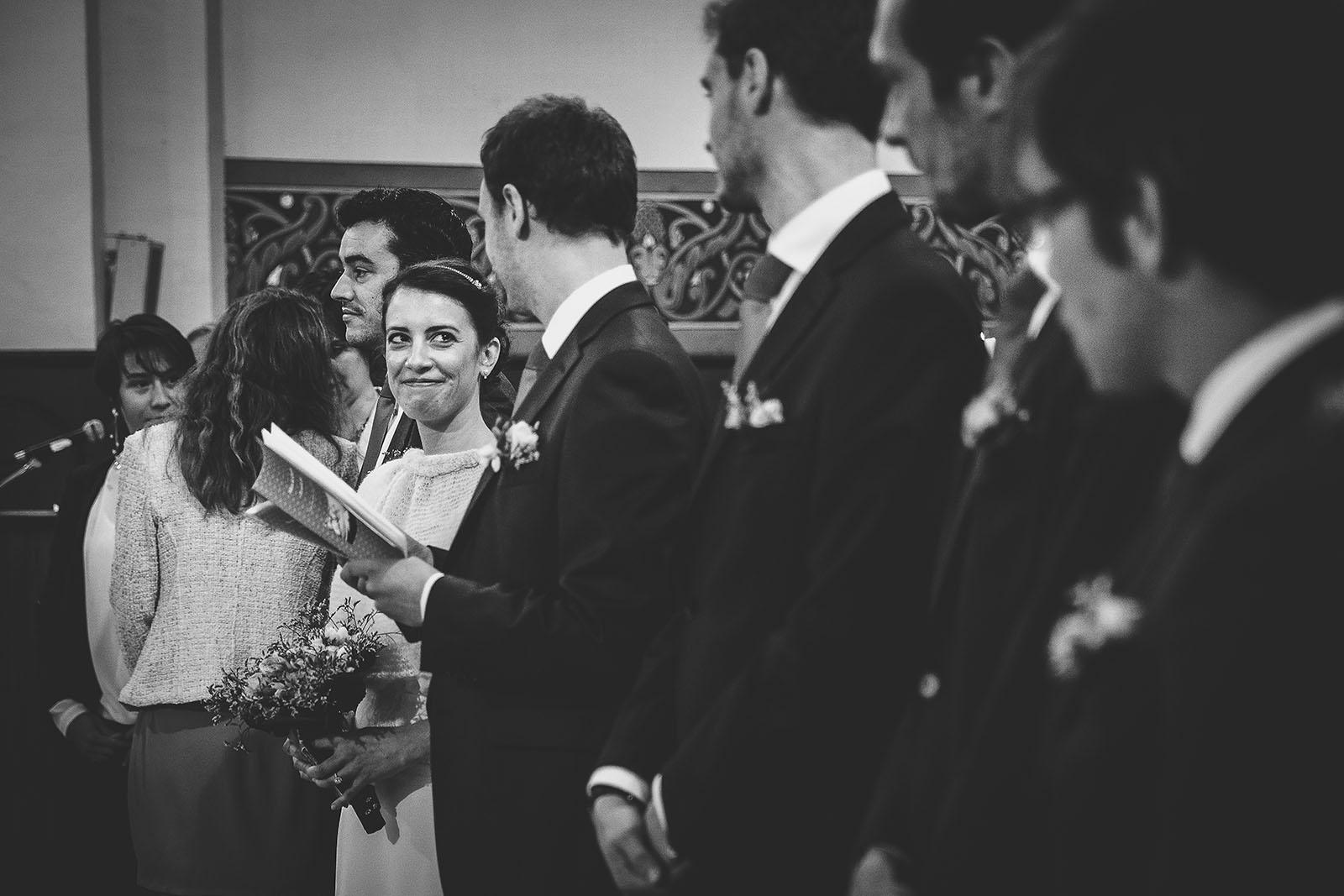 Mariage Château de Beauvoir. Ma marié regarde son mari avec émotion dans l'église. David Pommier photographe de mariage émotion