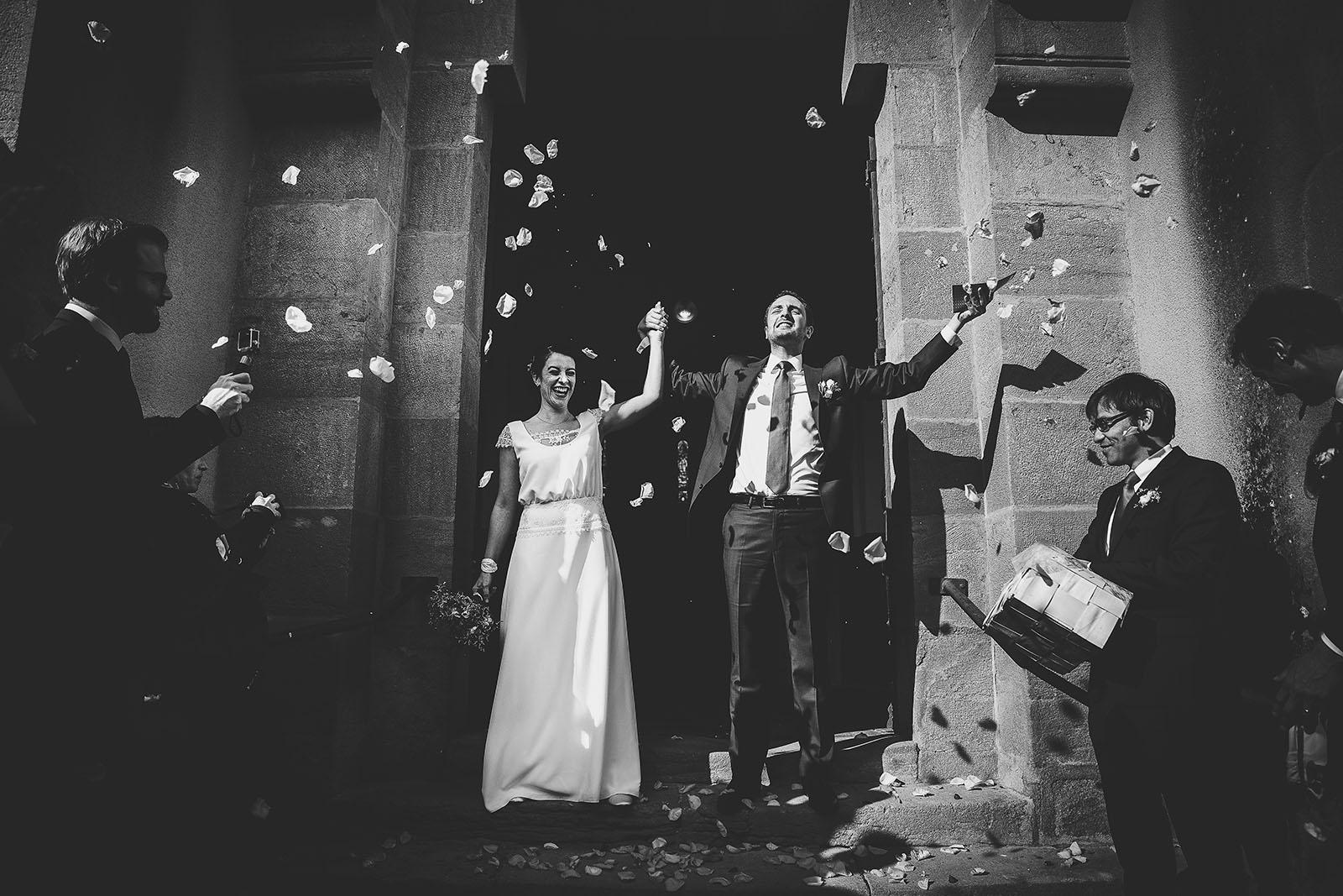 Mariage Château de Beauvoir. La joie des mariés à la sortie l'église. David Pommier photographe de mariage