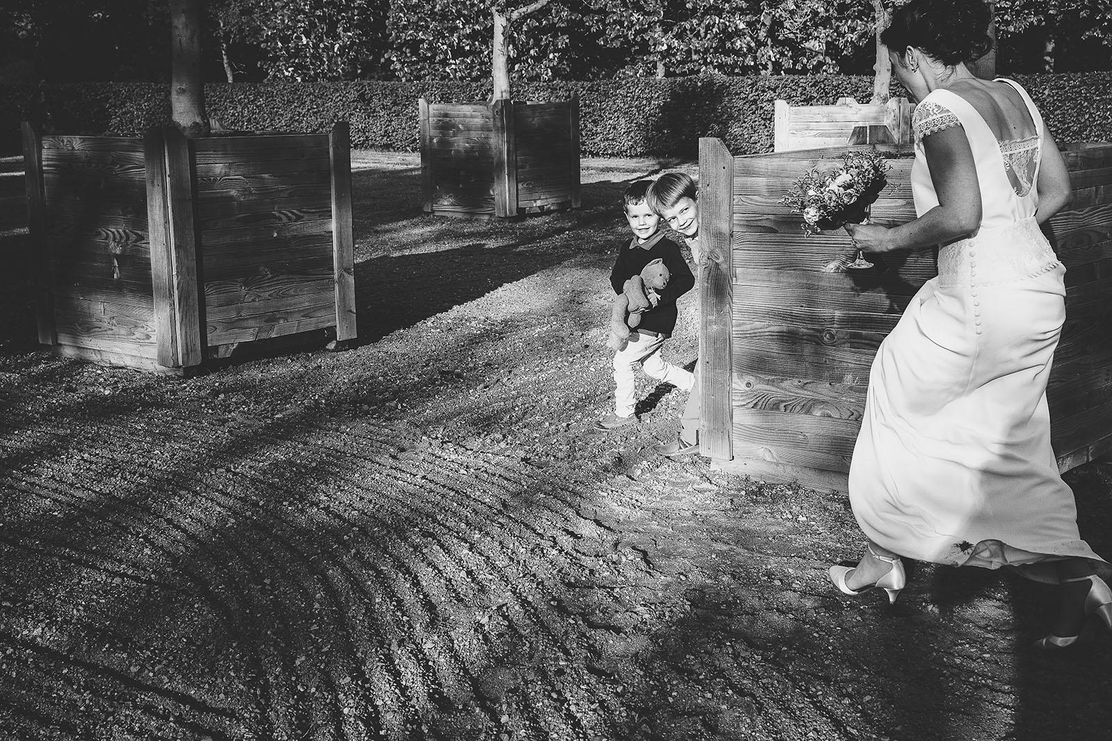 Mariage Château de Beauvoir. Les enfants qui jouent durant le vin d'honneur. David Pommier photographe de mariage