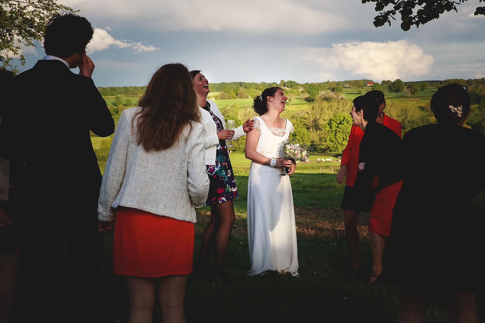 Mariage Château de Beauvoir. Eclat de rire de la mariée au vin d'honneur. David Pommier photographe de mariage