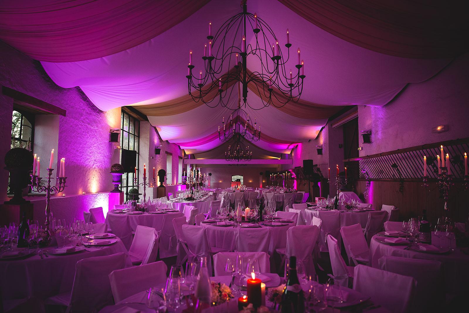Mariage Château de Beauvoir. La salle de réception décorée en rose. David Pommier photographe de mariage