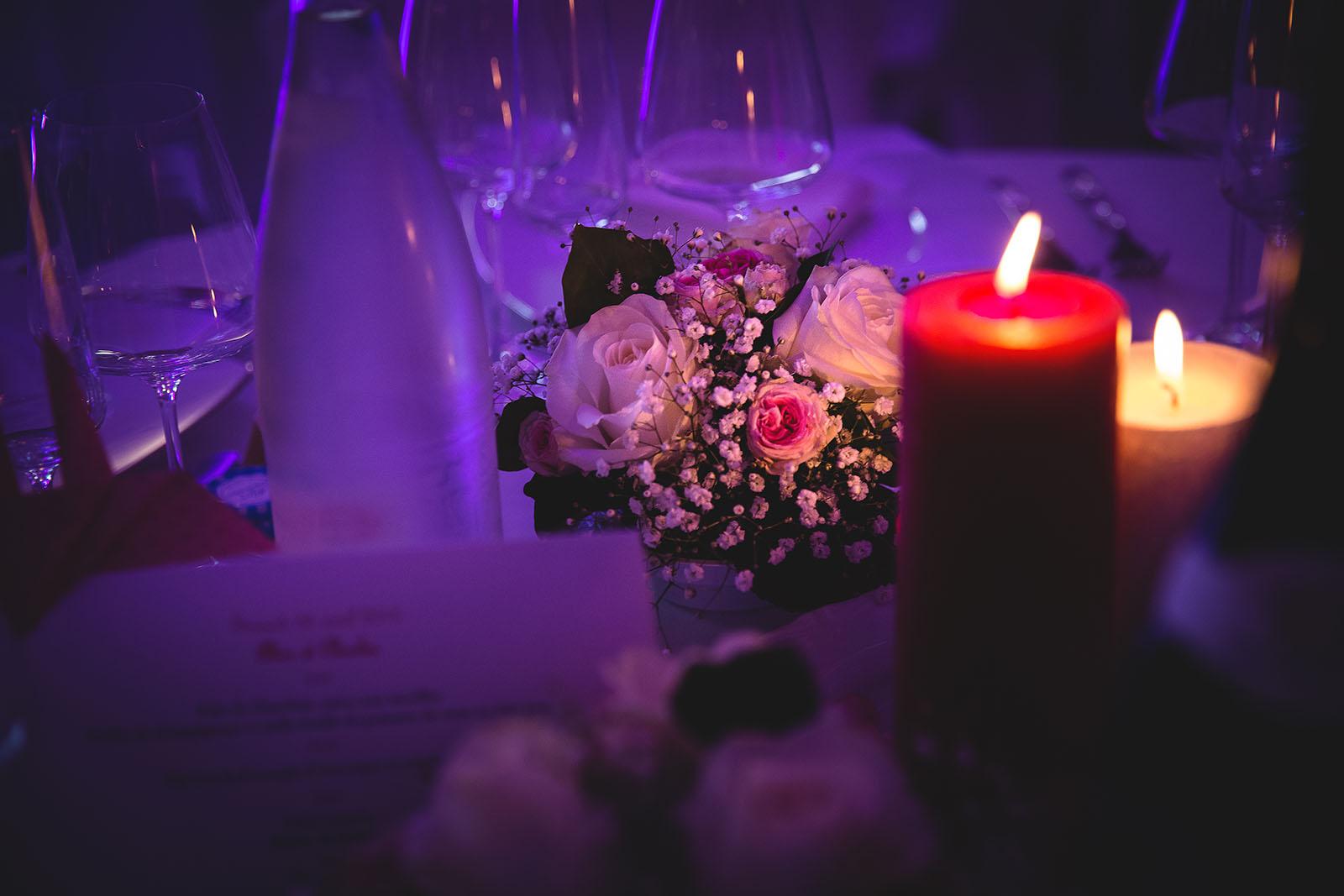 Mariage Château de Beauvoir. Décoration des tables. Bougie, fleur. David Pommier photographe de mariage
