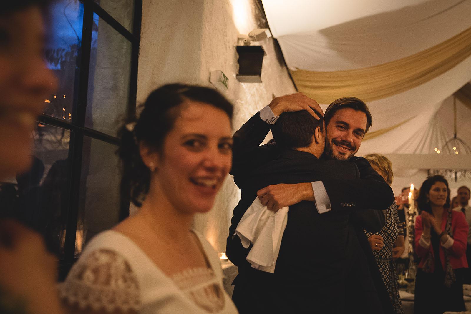 Mariage Château de Beauvoir. Emotion et tendresse du marié avec son témoin. David Pommier photographe de mariage Château de Beauvoir
