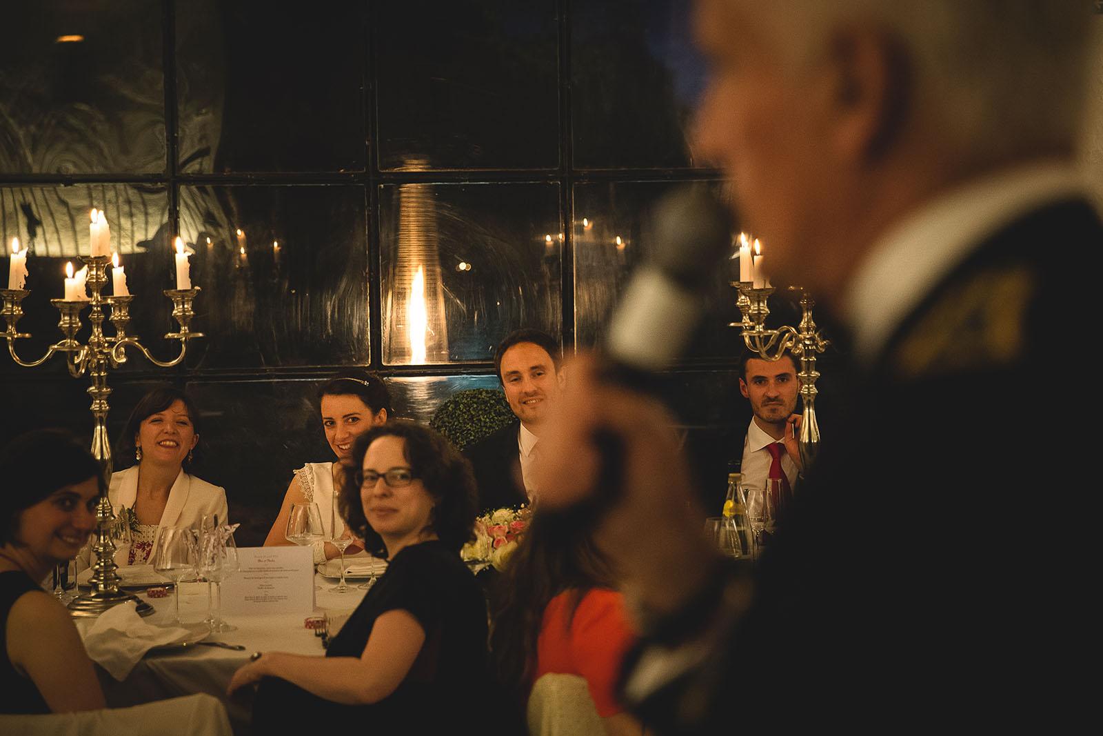 Mariage Château de Beauvoir. Le père du marié fait un discours devant la table des mariés. David Pommier photographe de mariage