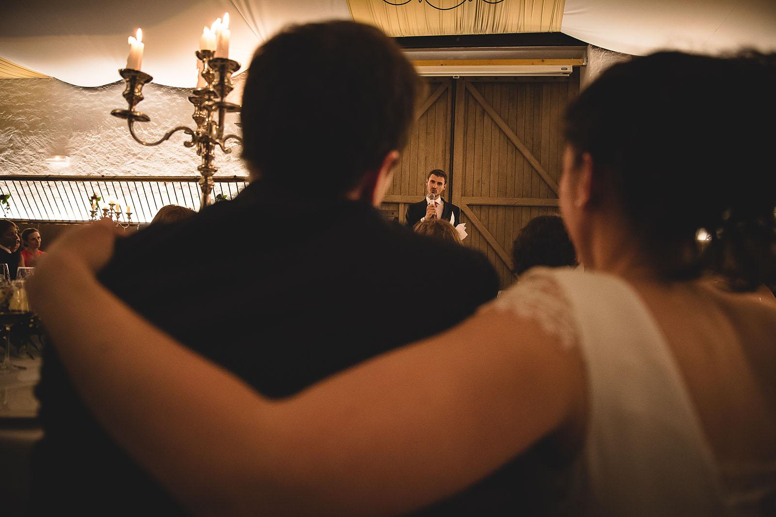 Mariage Château de Beauvoir. Le frère du marié qui fait son traditionnel discours devant les mariés. David Pommier photographe de mariage