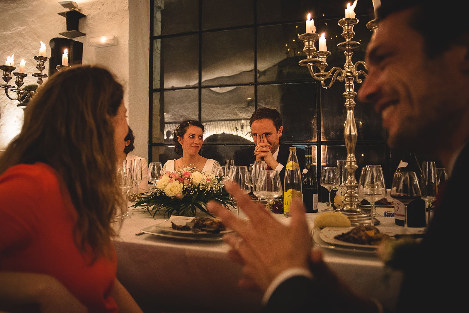 Mariage Château de Beauvoir. Le marié qui pleure en écoutant le discours de son frère. Beaucoup d'émotion. David Pommier photographe de mariage Allier
