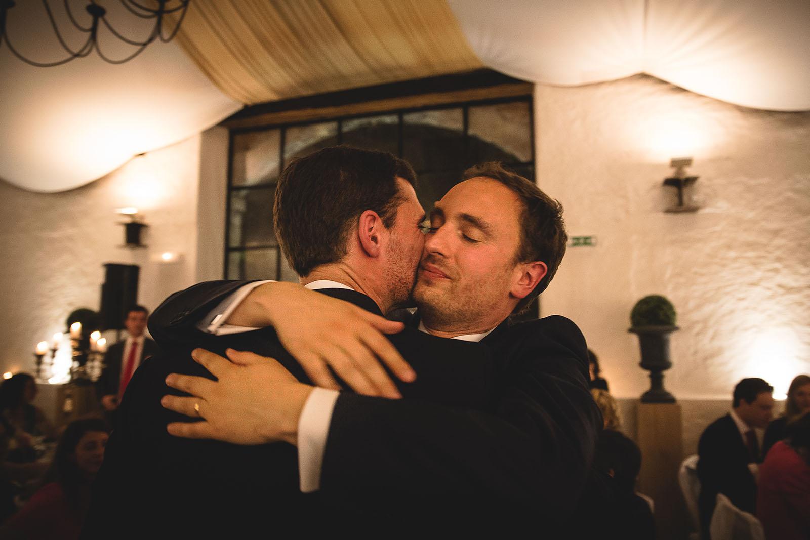 Mariage Château de Beauvoir. L'émotion du marié et son frère durant la soirée. David Pommier photographe de mariage