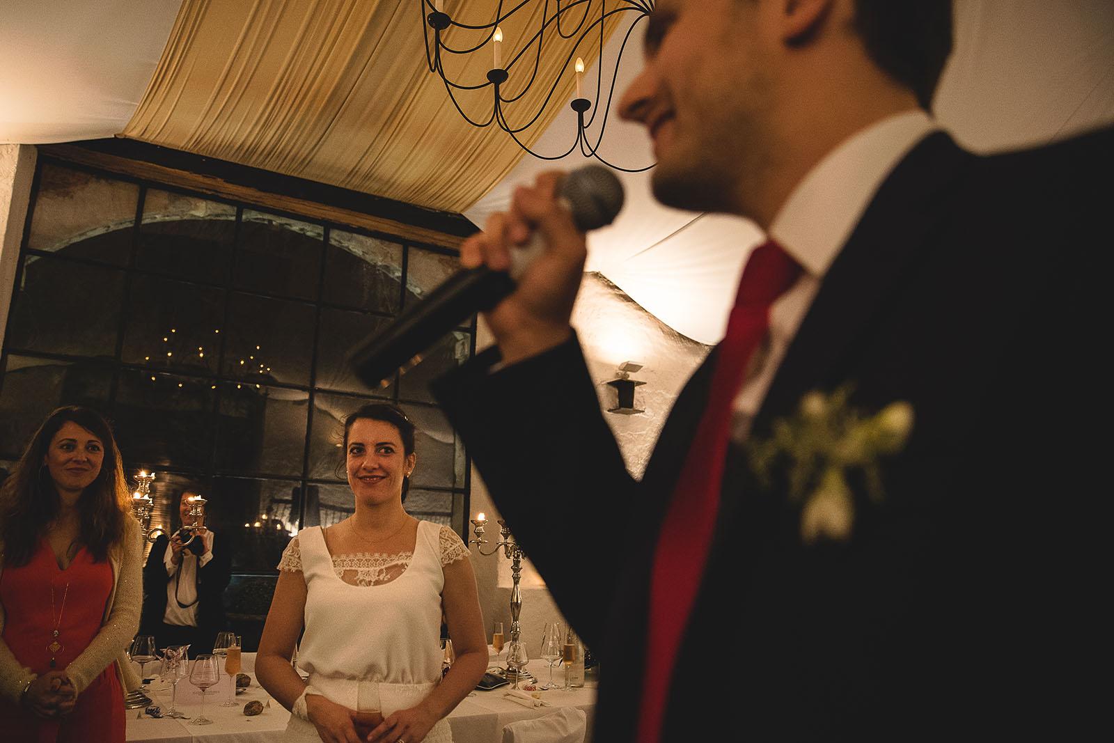 Mariage Château de Beauvoir. Le discours du marié pendant la soirée sous le regard ému de la mariée. David Pommier photographe de mariage au Château de Beauvoir