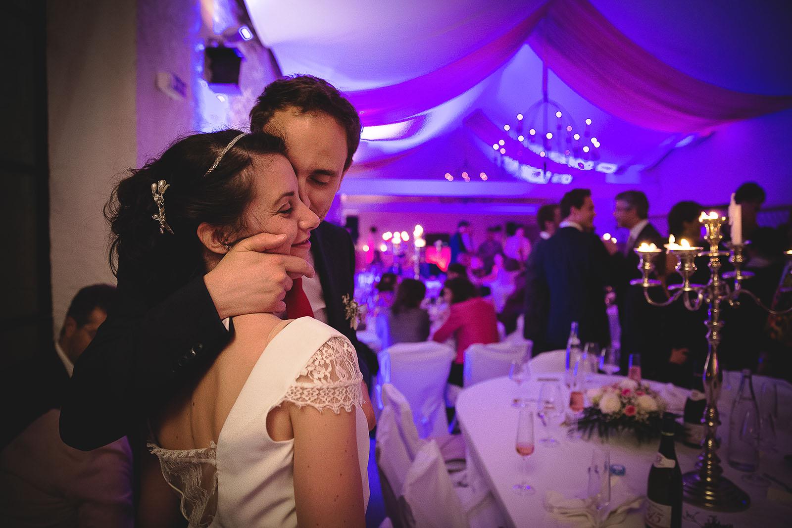 Mariage Château de Beauvoir Le marié embrasse la mariée pendant la soirée. Beaucoup d'émotion. David Pommier photographe de mariage