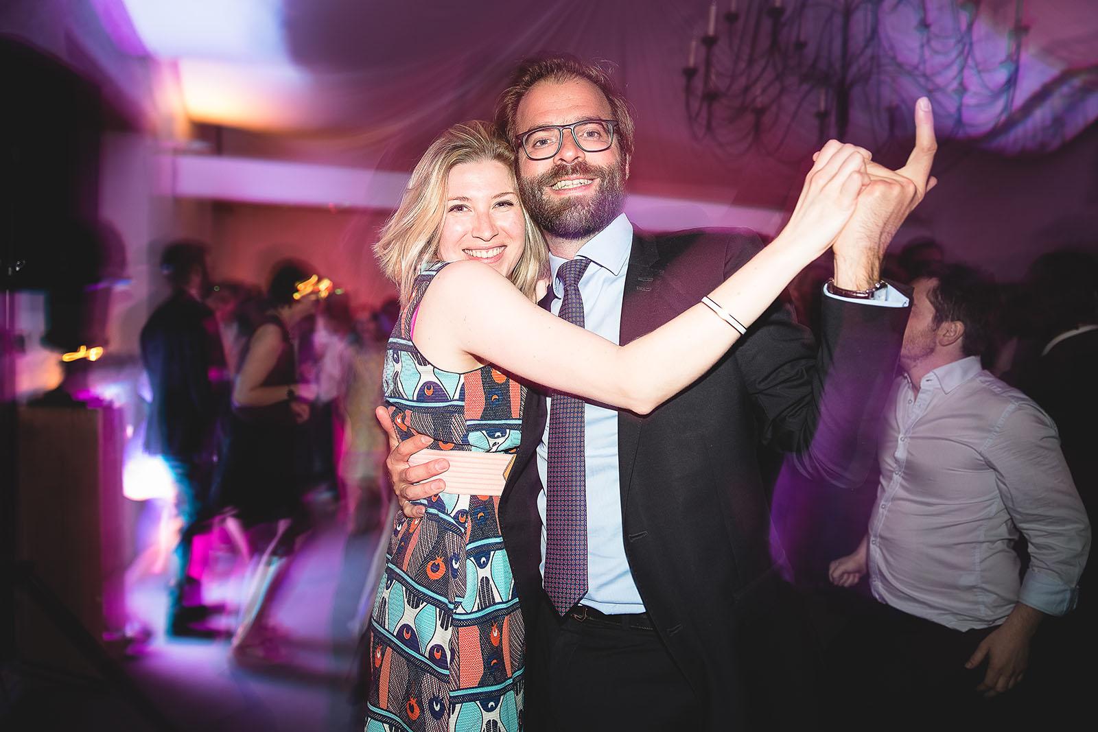 Mariage Château de Beauvoir. Un beau couple qui danse durant le mariage. David Pommier photographe de mariage Château de Beauvoir