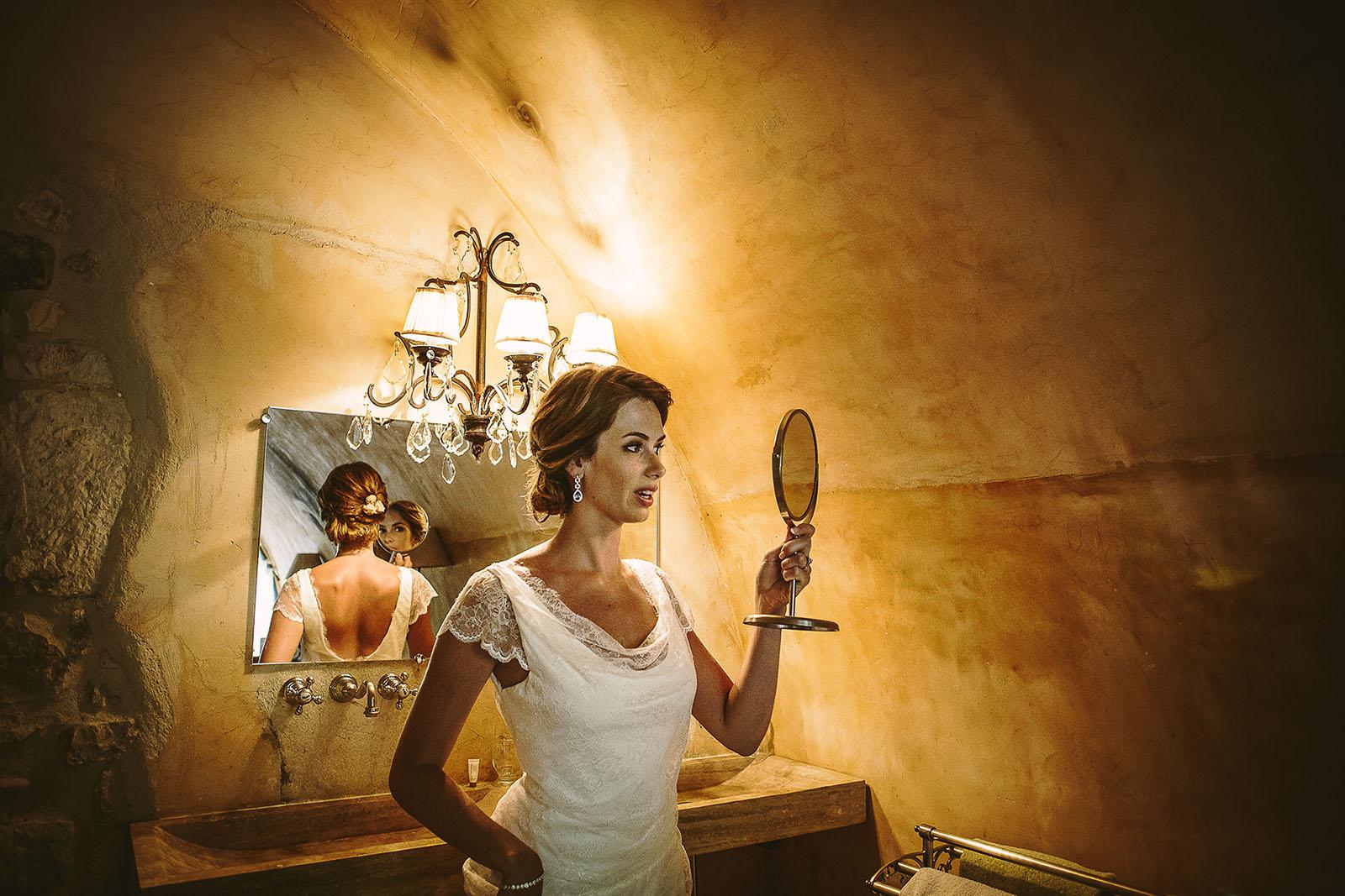 Mariage au Comptoir Saint Hilaire. La mariée découvre sa coiffure