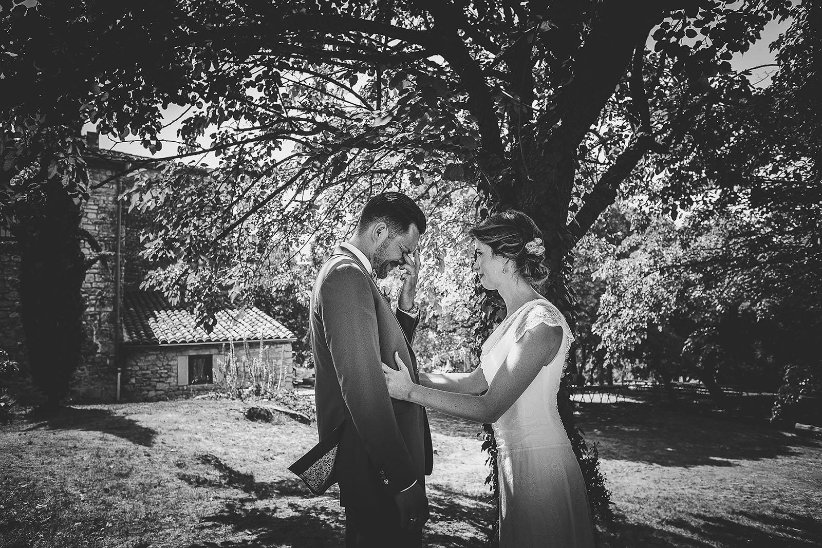 Mariage au Comptoir Saint Hilaire. Grande émotion du marié quand il découvre sa future femme avec sa robe