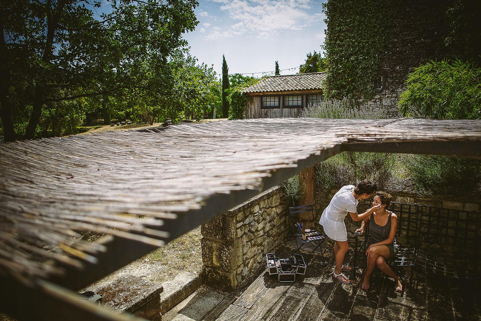 Mariage au Comptoir Saint Hilaire. Préparatifs de la mariée au Comptoir Saint Hilaire de Brethmas. David Pommier photographe de mariage