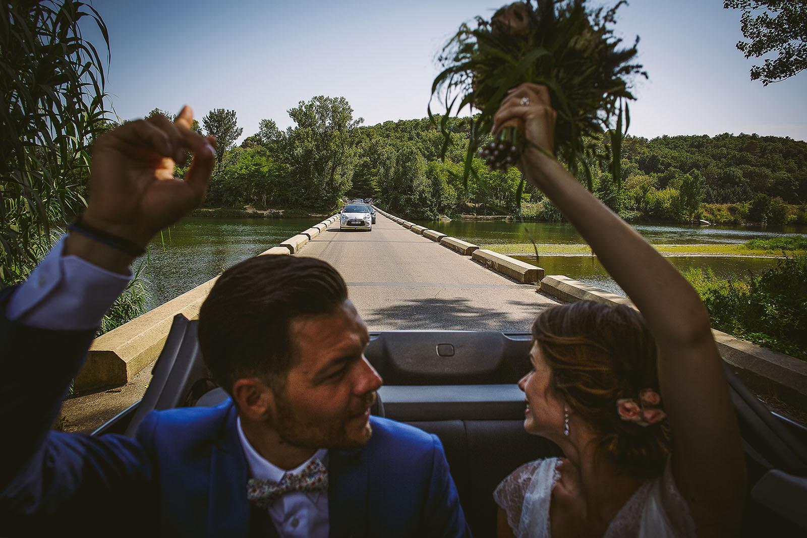 Mariage au Comptoir Saint Hilaire. Les mariés dans la voiture