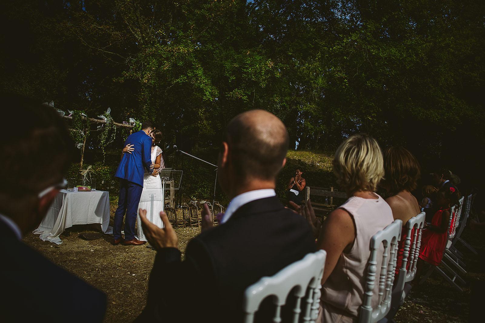 Mariage au Comptoir Saint Hilaire. Baiser des mariés pendant la cérémonie laïque au comptoir Saint Hilaire