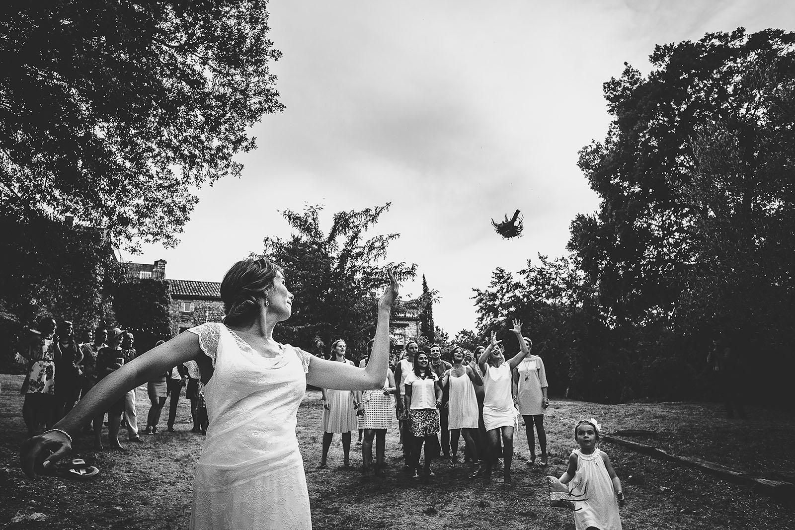 Mariage au Comptoir Saint Hilaire. Le lancé du bouquet de la mariée