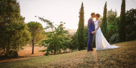 Mariage au Comptoir Saint Hilaire. Photo de couple avec une belle lumière en contre jour