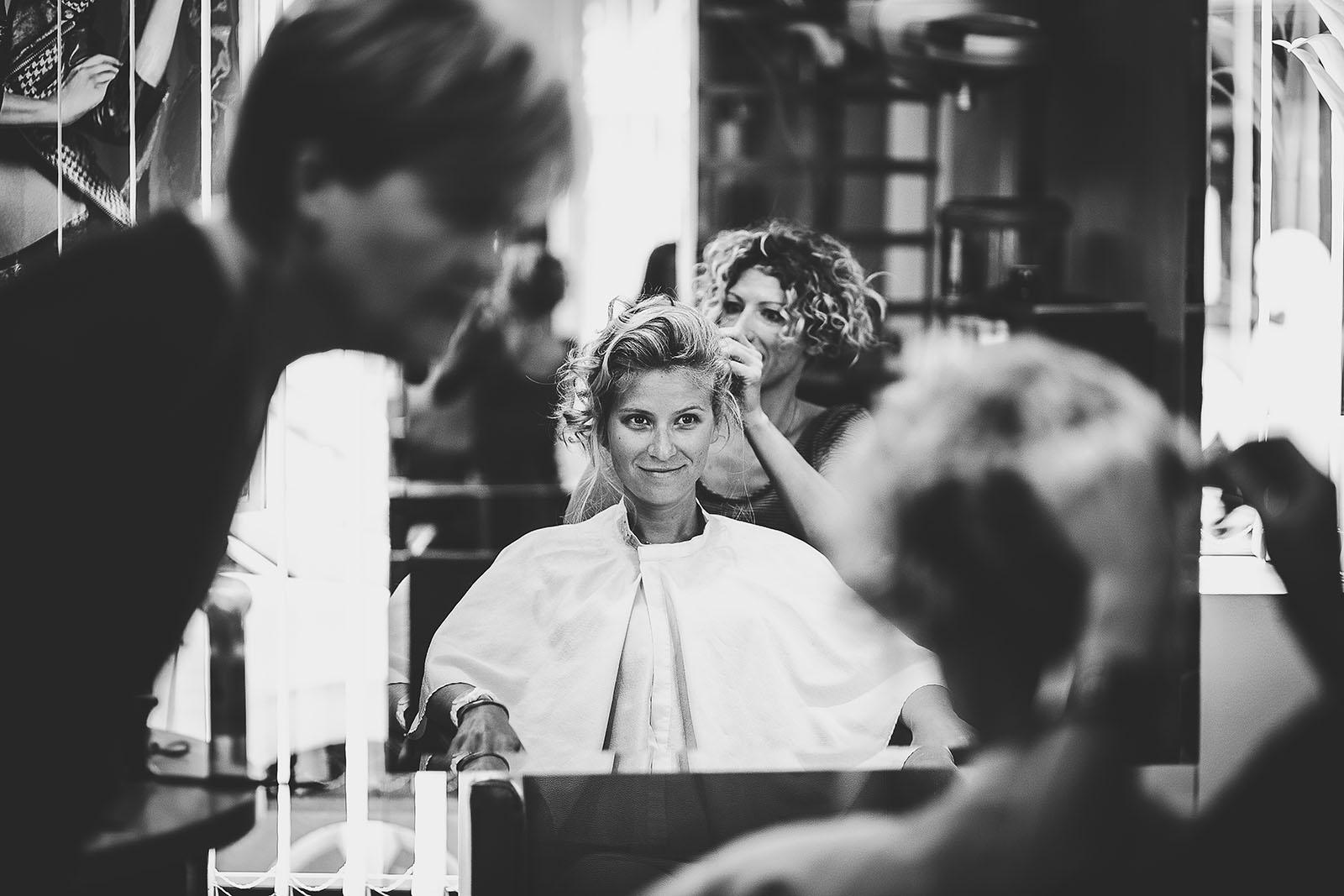 Mariage à Lyon. David Pommier photographe de mariage. La mariée se fait coiffer