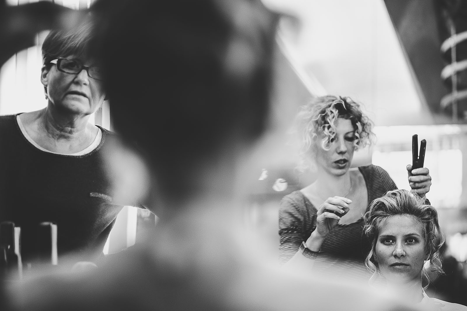 Mariage à Lyon. David Pommier photographe de mariage. Coiffure de la mariée en salon