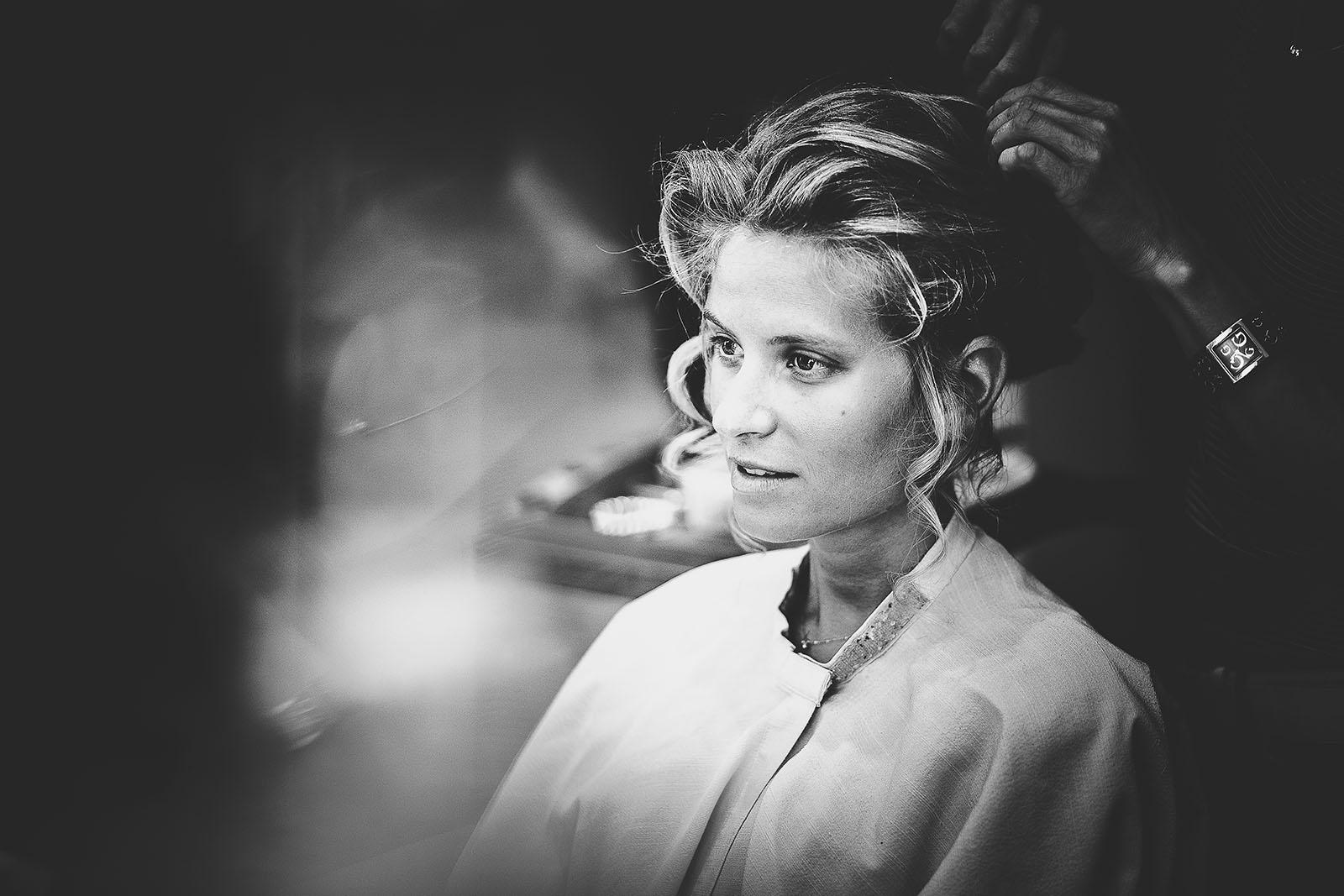 Mariage à Lyon. David Pommier photographe de mariage. Portrait de la mariée pendant la coiffure