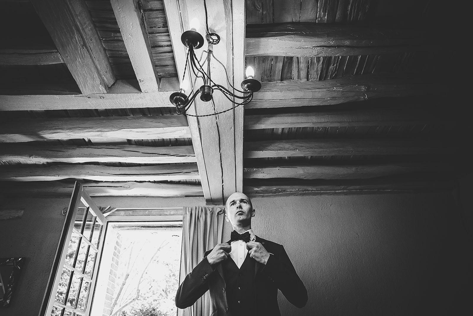 Mariage Manoir des Prévanches. David Pommier photographe de mariage. Préparatifs du marié, le noeud de papillon