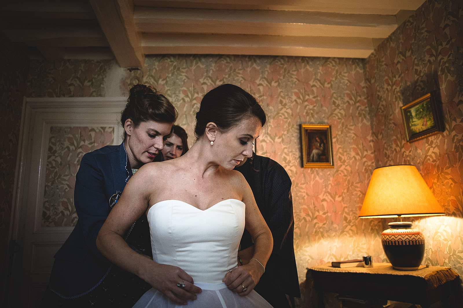 Mariage Manoir des Prévanches. David Pommier photographe de mariage. La mariée met sa robe