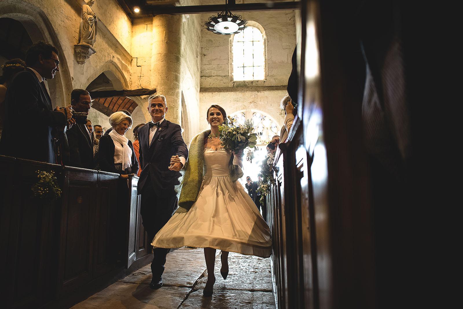 Mariage Manoir des Prévanches. David Pommier photographe de mariage. Entrée de la mariée au bras de son père à l'église